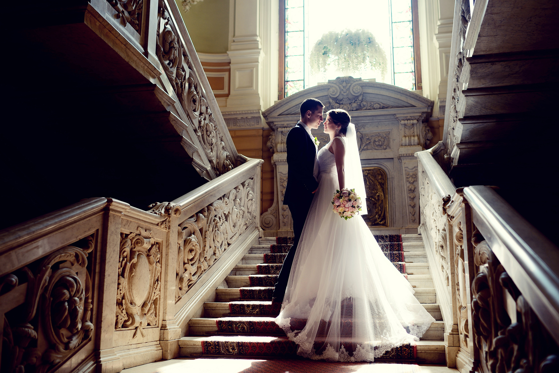 Bruidspaar op de trap van een stadhuis