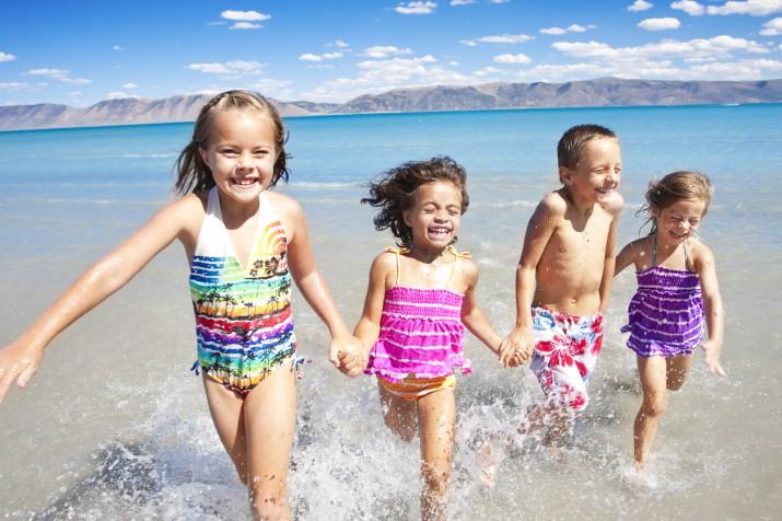 kinderen spelen in het water aan het strand