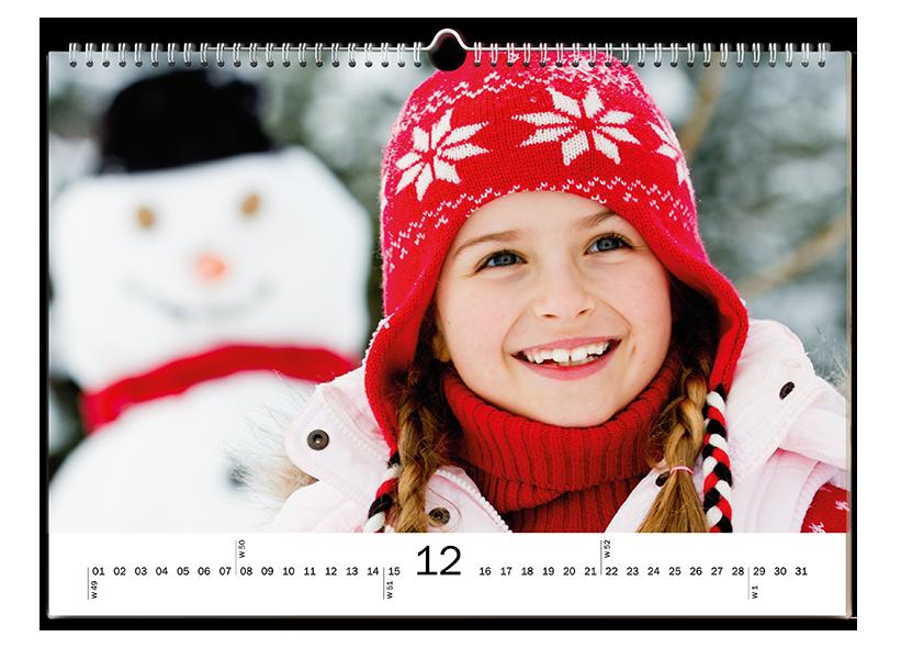Enkele kalender met een foto van een meisje en haar sneeuwpop